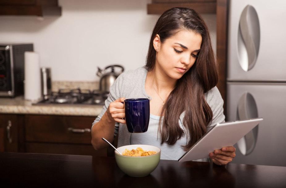 Mergina valgydama skaito