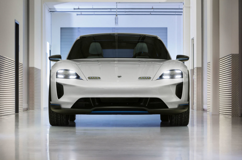 """Porsche"" pristatė elektromobilį ""Mission E Cross Turismo"""