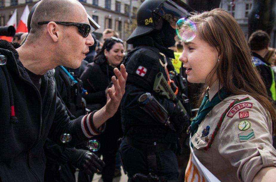 L.Myslikovos ir skustagalvio neonacio akistata