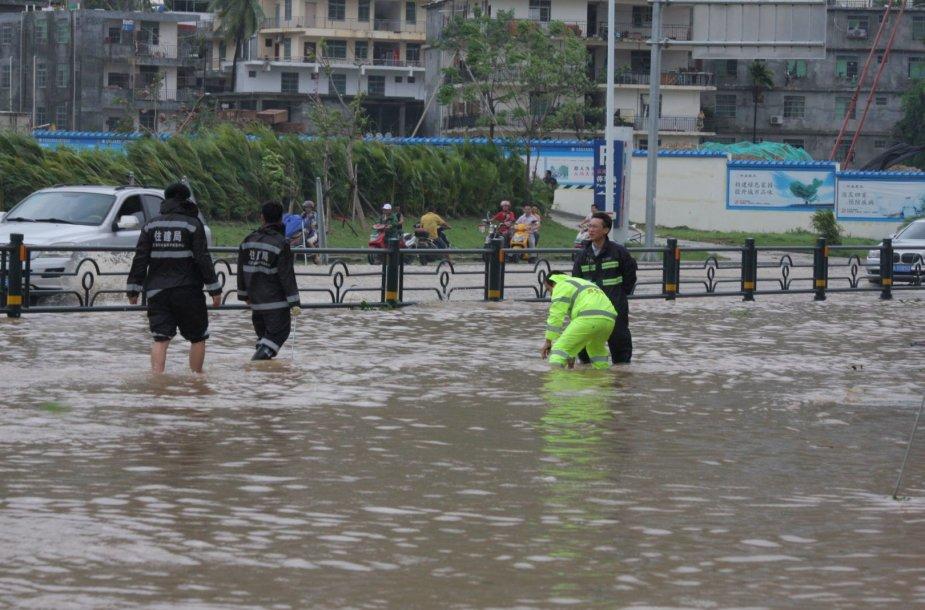 Vietname siaučia smarkus taifūnas Doksuri