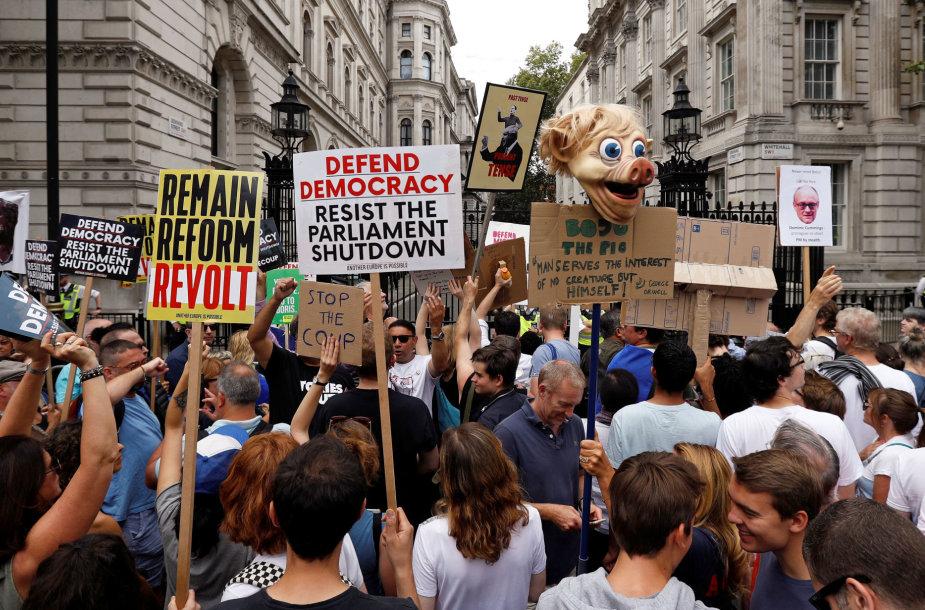 Didžiosios Britanijos gatves užplūdo protestuotojai