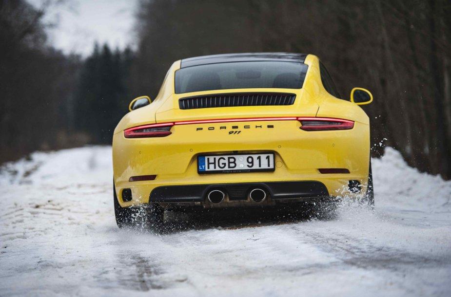 "Kas bendra tarp sportiško ""Porsche 911 Carrera 4S"" ir traktoriaus ""John Deere""?"