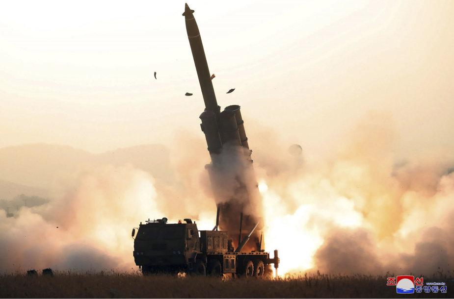 Šiaurės Korėja išmėgina savo raketų sistemą.