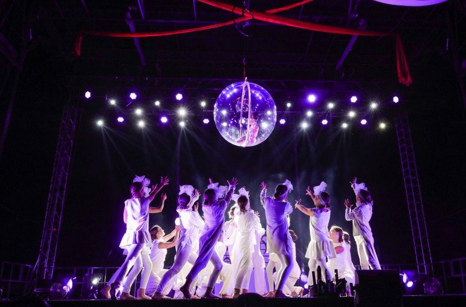 Įspūdingas stichijų šou Šakiuose: ugnies pasaka, akrobatė taurėje vandens, gimnastė stiklo burbule