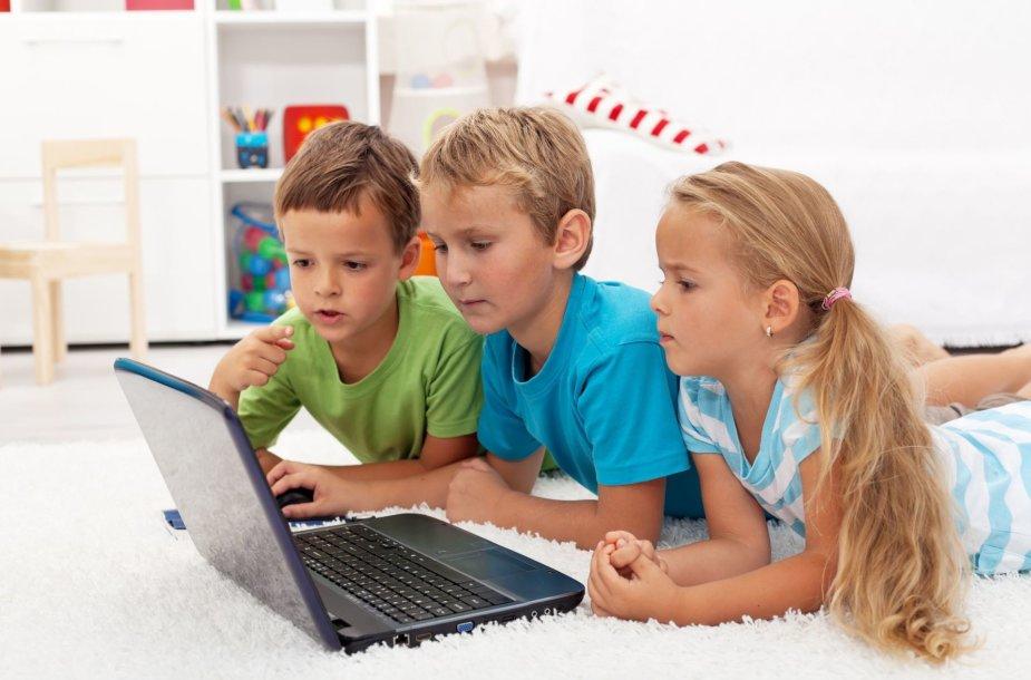 Vaikai žaidžia kompiuteru
