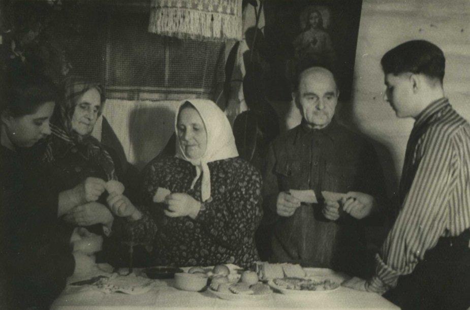 Lietuviai tremtiniai šv. Kūčių vakarienės metu laužia kalėdaičius. Verchnije Talcai, Buriat-Mongolijos ASSR, 1954 m.