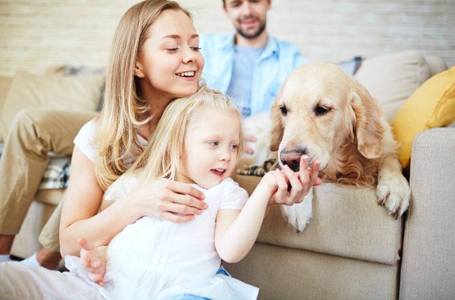 Šeima ir šuo.