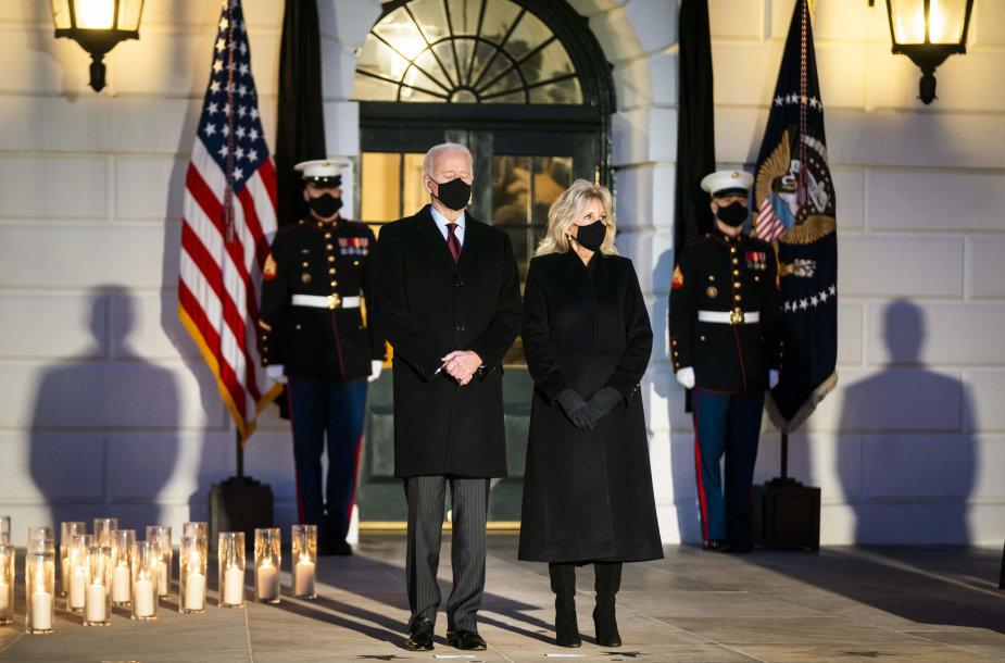 Joe Bidenas kartu su žmona Jill tylos minute pagerbė pandemijos aukas Jungtinėse Valstijose