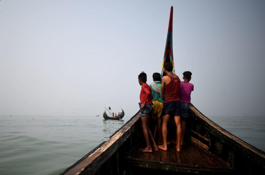 Rohinjų pabėgėliai žvejų laive netoli Bangladešo krantų