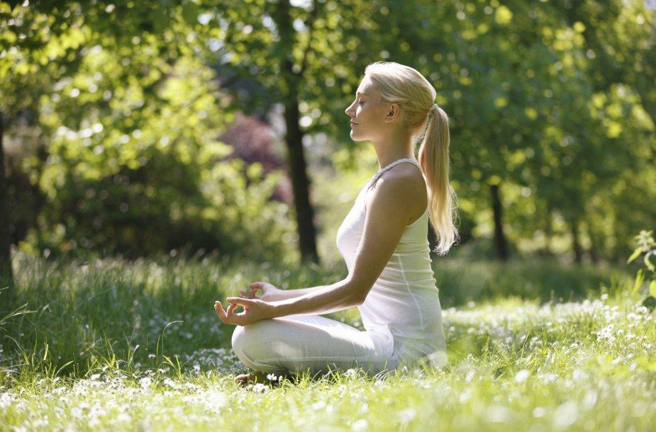 Moteris medituoja