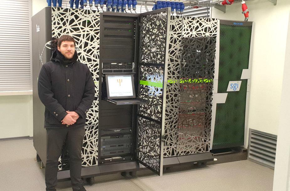 """Jonas Frenukevičius prie Vilniaus universiteto superkompiuterio """"HPC Saulėtekis"""""""