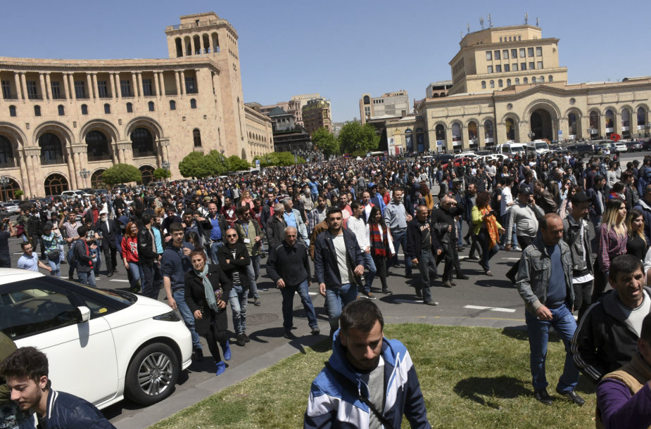 Jerevane prieš naują premjerą protestuoja mažiausiai 10 tūkst. žmonių