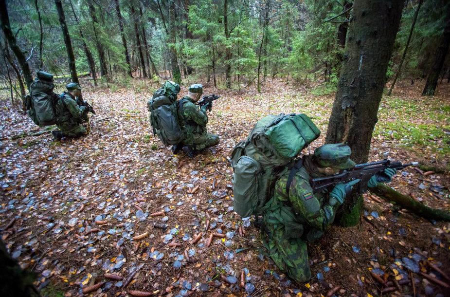 Šauktinių kasdienybė: pratybos miške ir darbas su ginklais