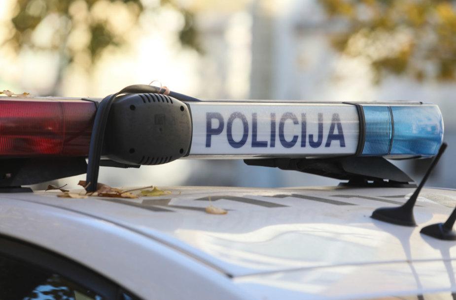 Automobiliai prie policijos komisariato