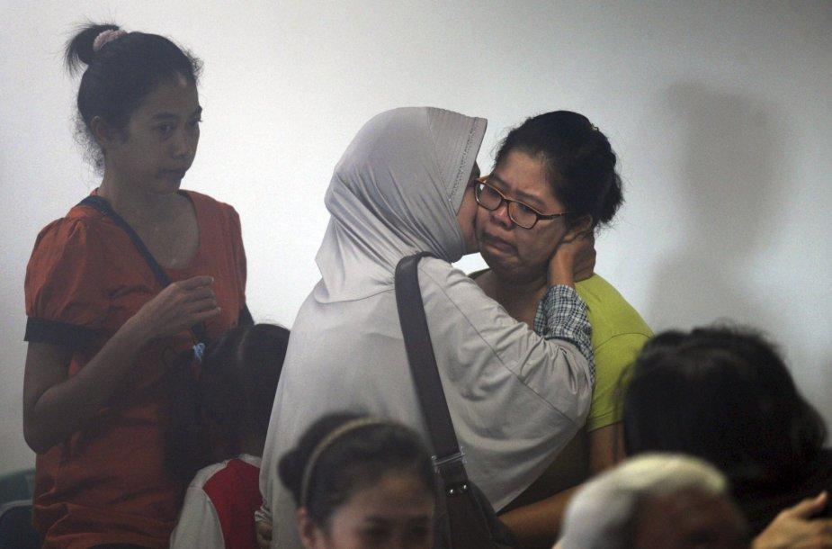 """Dingusio """"AirAsia"""" lėktuvo keleivių artimieji laukia naujausių žinių."""