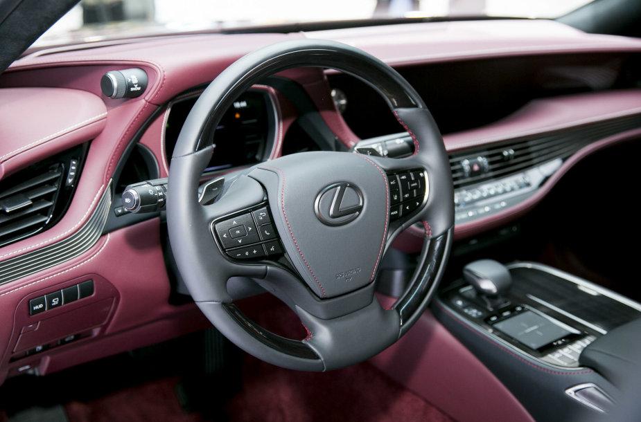 """Naujas """"Lexus LS 500 h"""" modelis buvo pristatytas 2017-ųjų Ženevos automobilių parodoje"""