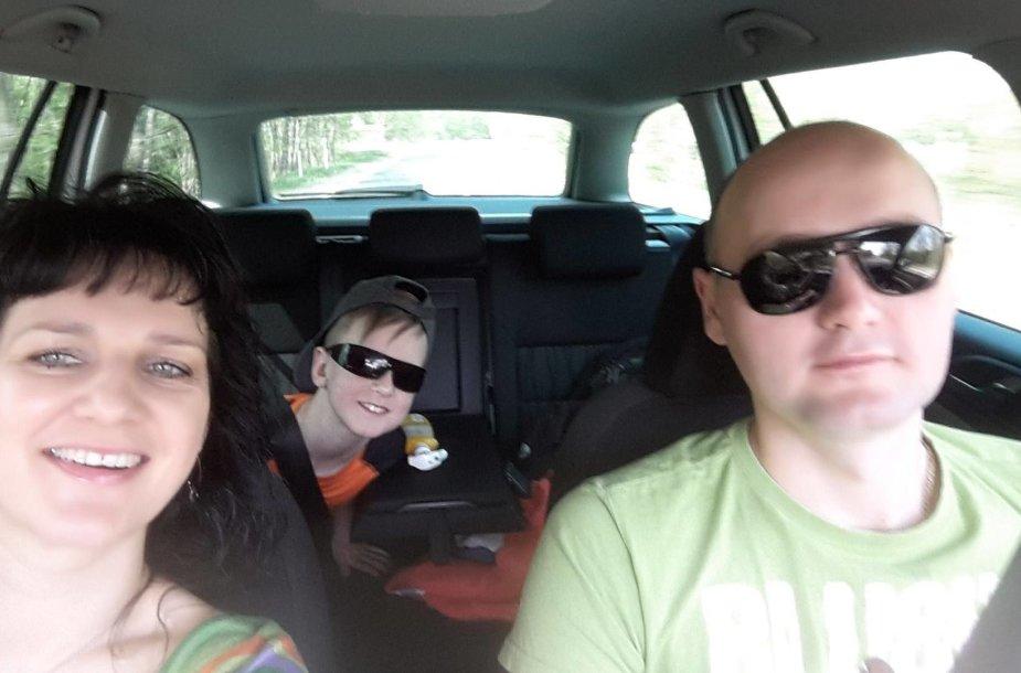Dimšų šeima kelionėje automobiliu, dar prieš avariją