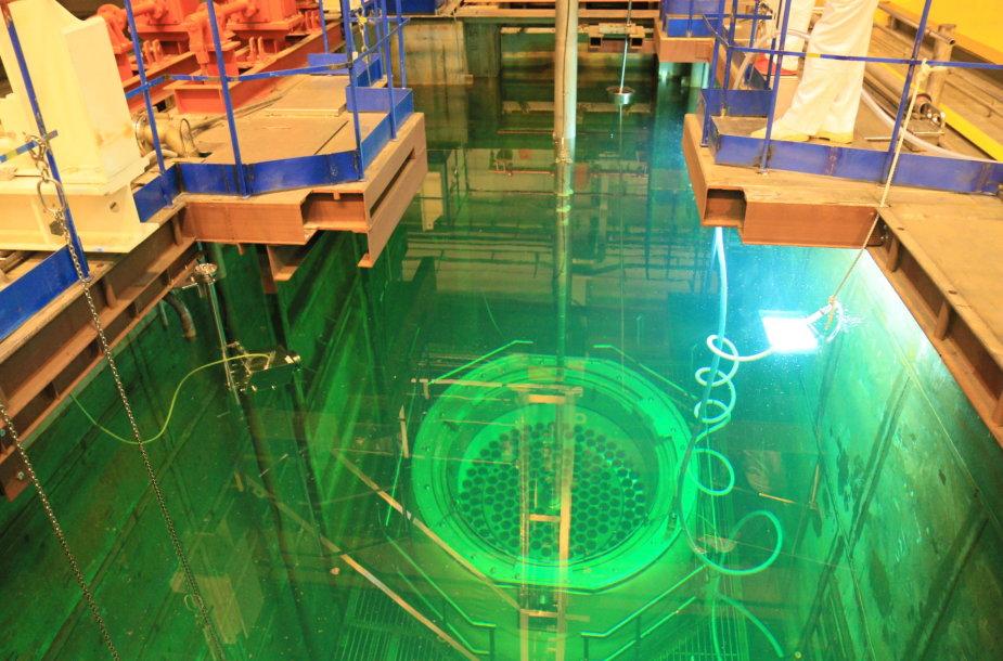 Branduolinio kuro konteinerio pakrovimas baseine Ignalinos atominėje elektrinėje