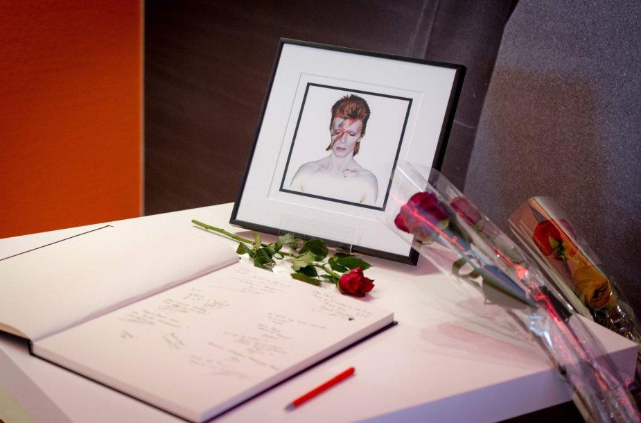 Gerbėjai atsisveikina su Davidu Bowie