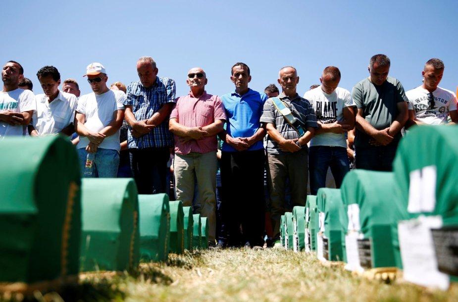 Tūkstančiai žmonių mini Srebrenicos žudynių aukas