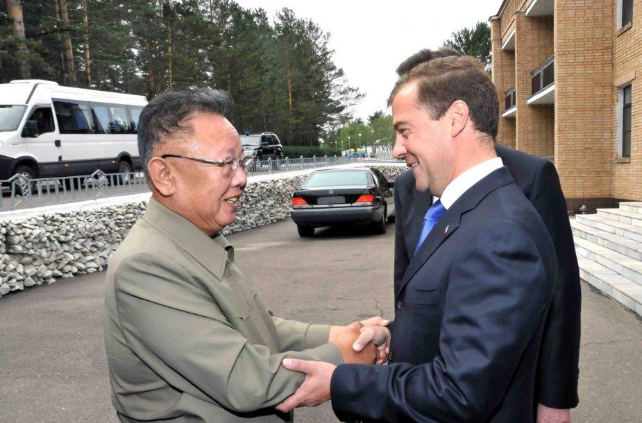 Buvęs Šiaurės Korėjos lyderis Kim Jong-ilas ir Dmitrijus Medvedevas.
