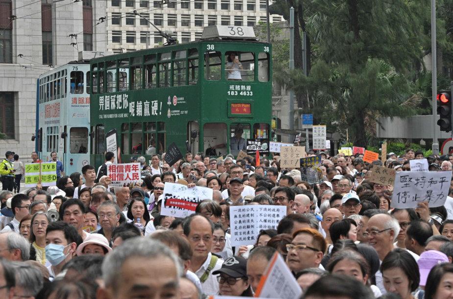 Honkongo senjorai per eitynes išreiškė paramą jauniems demonstrantams