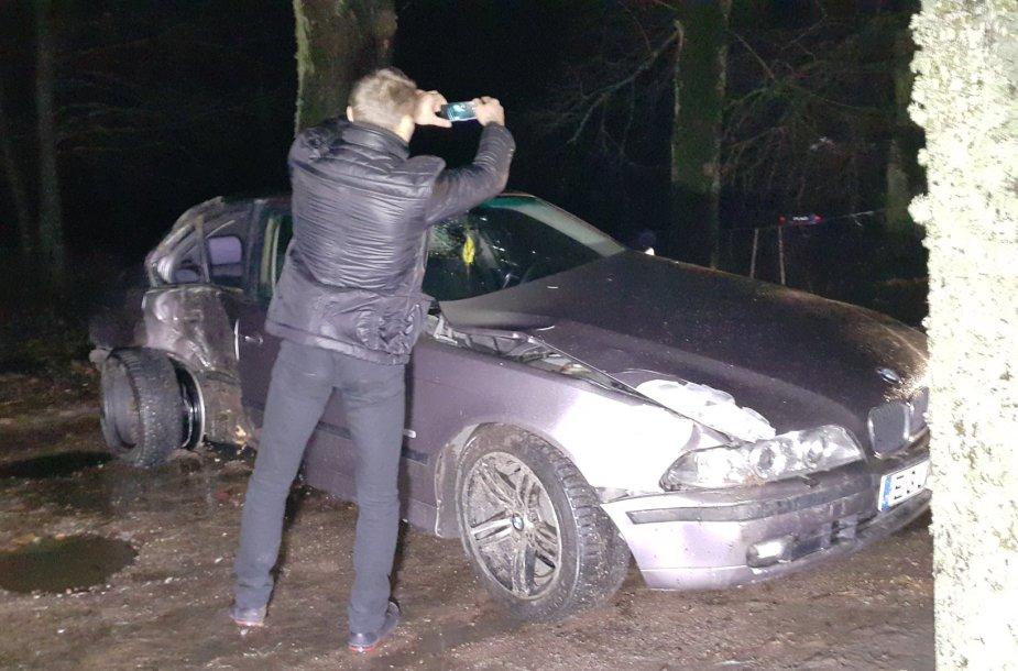 Šalia Pagėgių į medį trenkėsi BMW