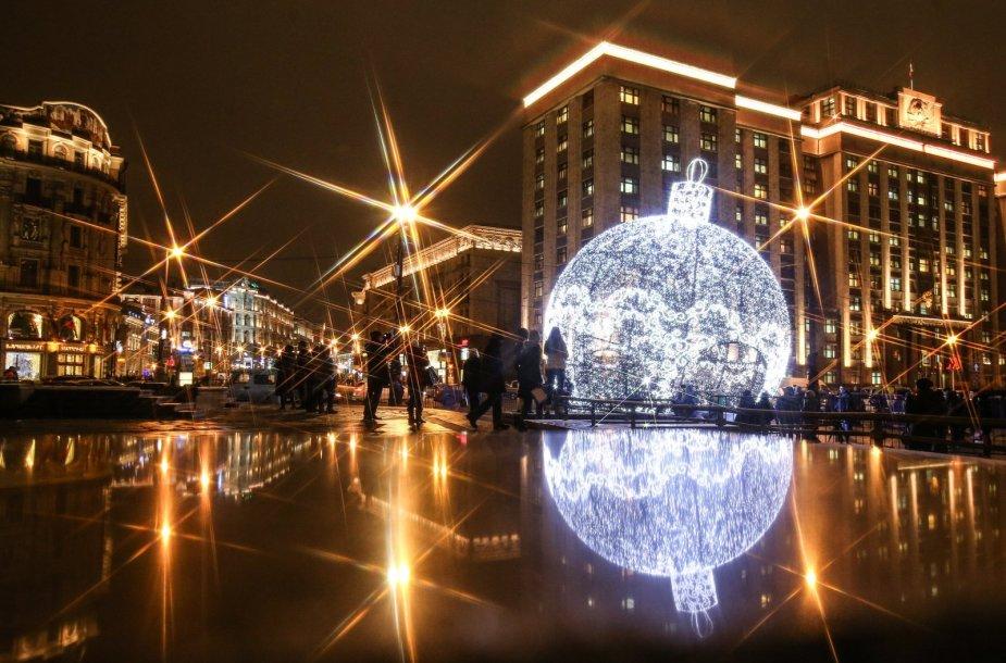 Didžiulis kalėdinis žaisliukas Maskvoje