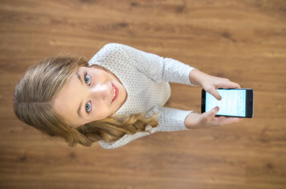 Mergaitė su telefonu
