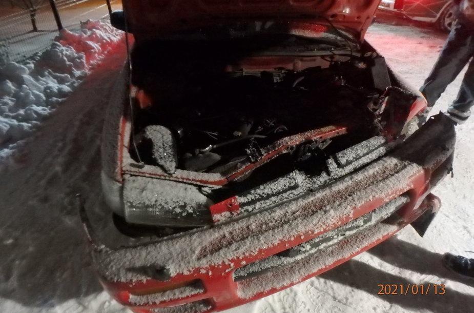 """Kauno rajone """"Subaru"""" nulėkė nuo kelio ir rėžėsi į apšvietimo atramą"""
