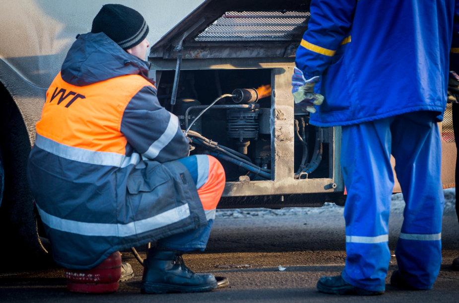 Techninė pagalba atšildo troleibusą