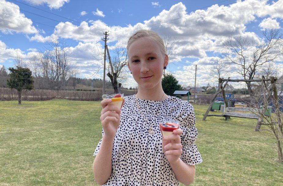 Dvylikametė Justė Žvirblytė per karantiną atrado aistrą gaminti. Mergaitės desertai sulaukia giminaičų komplimentų.