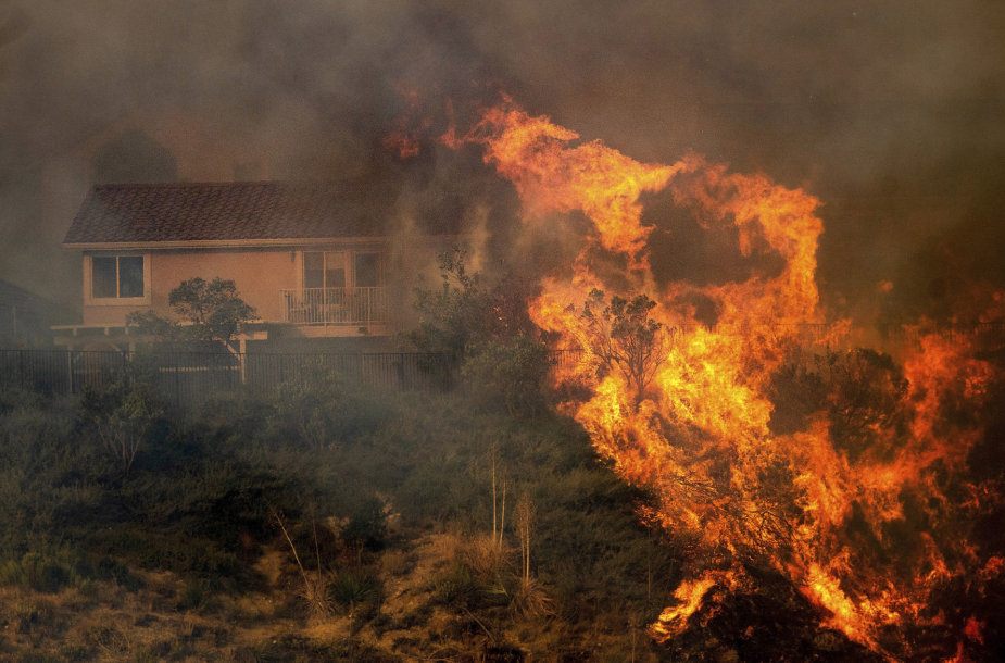 Kalifornijoje siaučiantys gaisrai pasiekė Los Andželą