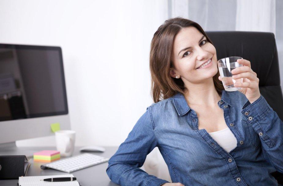 Moteris geria vandenį biure