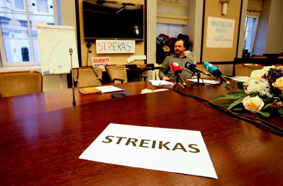 Švietimo ir mokslo ministerijoje vyksta proetestuojančių mokytojų spaudos konferencija