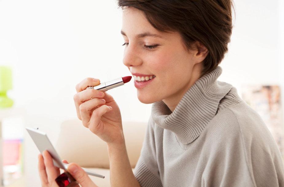 Moteris dažosi lūpas