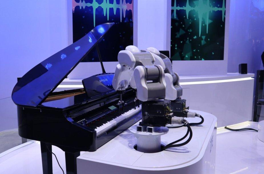 Pianinu grojantis robotas