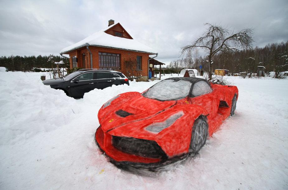 """Iš sniego nulipdytas """"Ferrari LaFerrari"""""""