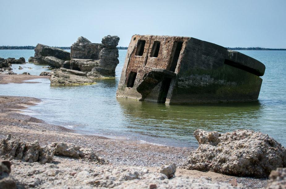 Griuvėsiais virtusi tvirtovė Baltijos jūros krante