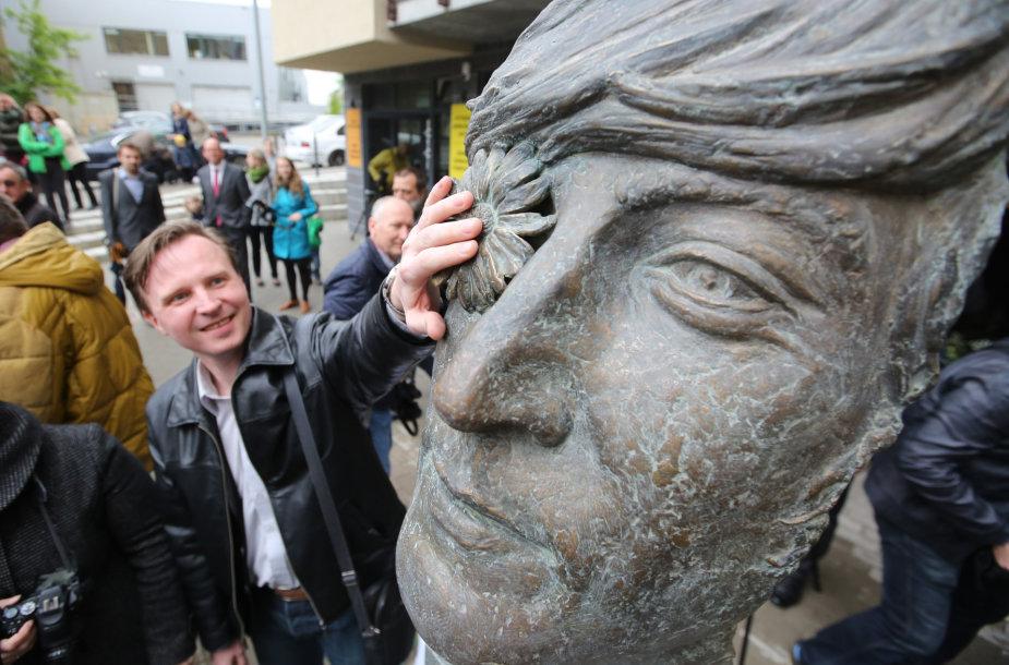 Vilniuje atidengtas paminklas Johnui Lennonui