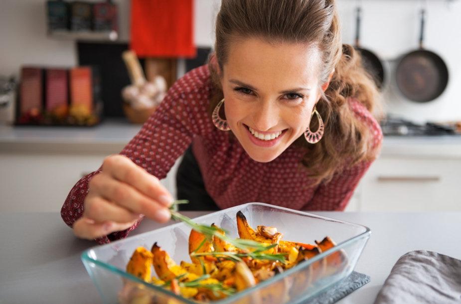 Moteris gamina valgyti.