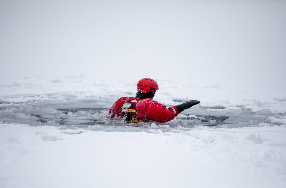 Ugniagesiai gelbėtojai pademonstravo, kaip saugiai elgtis ant ledo ir išsigelbėti įlūžus