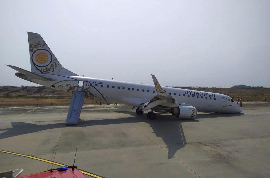 Lakūnas nutupdė lėktuvą be priekinės važiuoklės