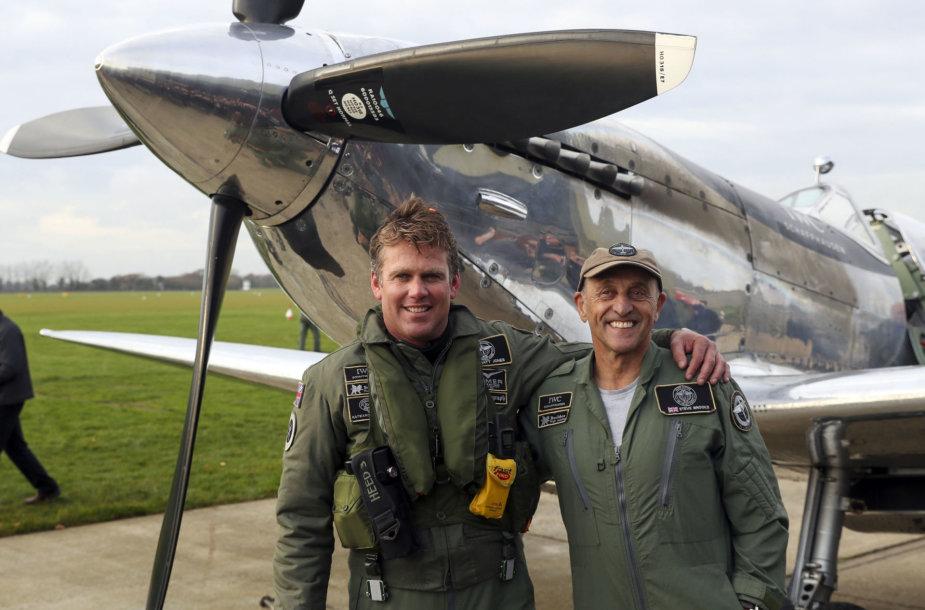 Mattas Jonesas (kairėje) ir Steve'as Brooksas