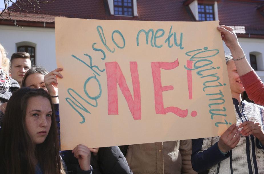 Vilniuje – protesto akcija dėl ketinimų ilginti mokslo metus