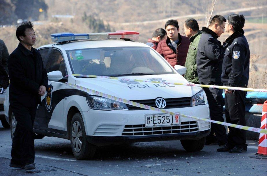 Kinijos policija vietoje, kur nuo skardžio nulėkė autobusas