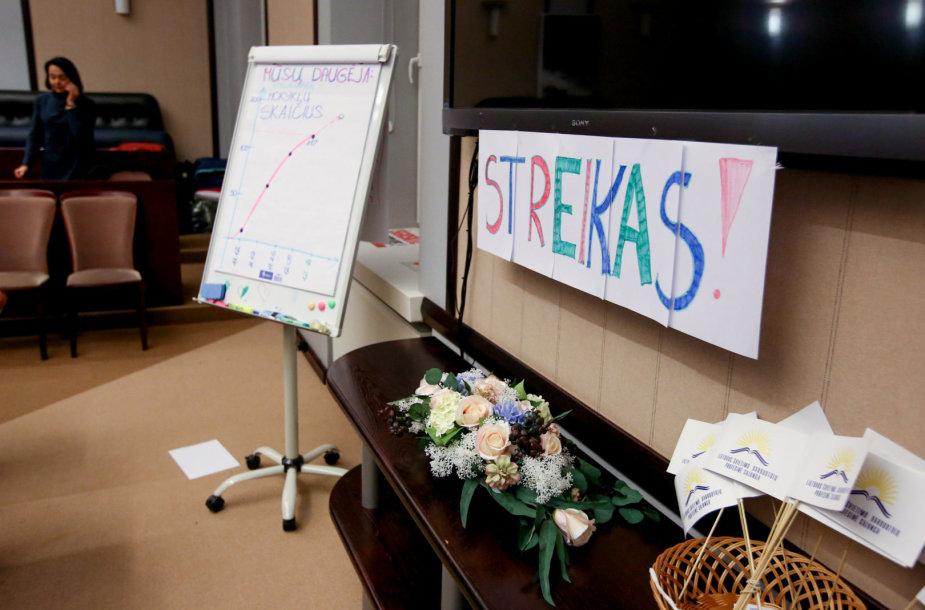 Streikuojantys mokytojai toliau lieka ministerijoje, į vidų ekonomistai nepateko