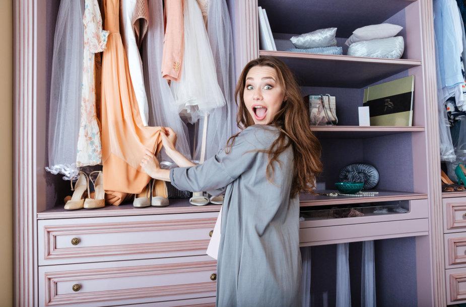 Moteris renkasi drabužius