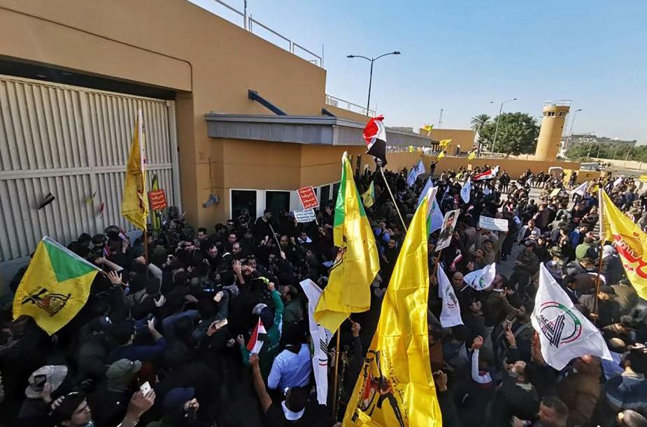 Protestuotojai šturmuoja JAV ambasadą Bagdade