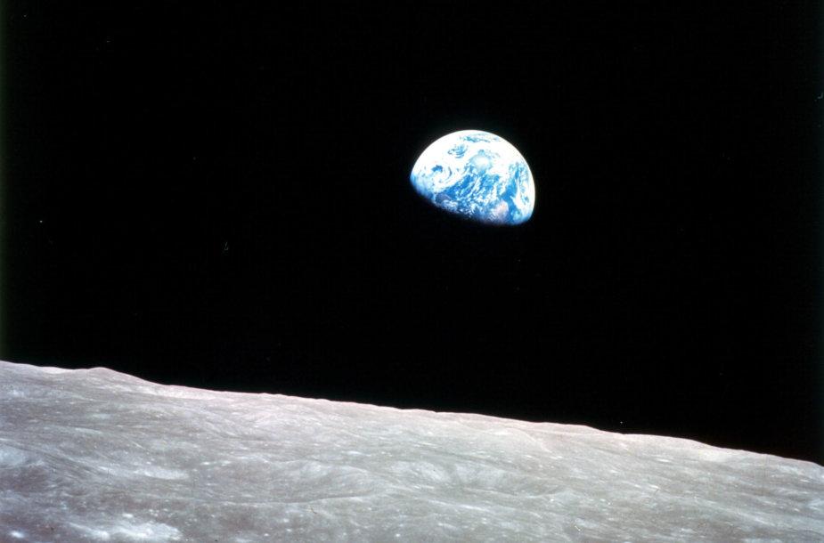 """1968 m. gruodžio 24 d.: Mėnulio horizonte teka Žemė(Misijos """"Apollo 8 """" daryta nuotrauka)"""